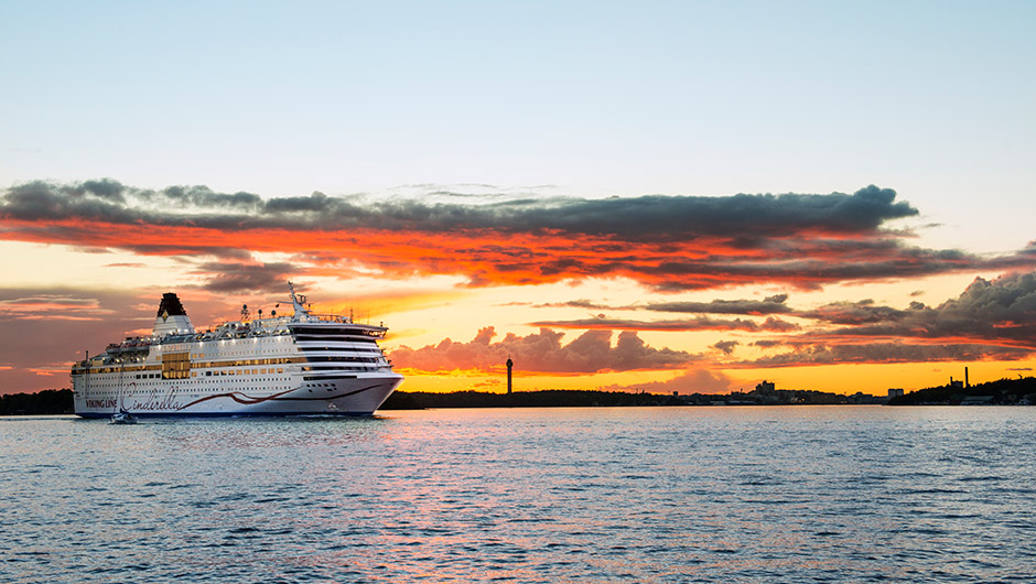 Bild på kryssningsfartyg i solnedgång