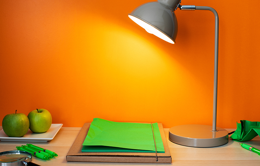 Lampa som lyser på en grön mapp.
