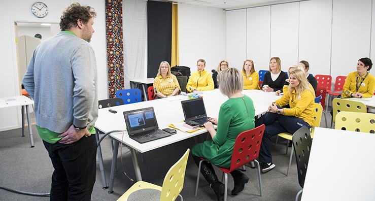 Bild:Daniel ger sig ut i korridoren på jakt efter folk och kommer strax tillbaka med ett koppel av gulblårandiga IKEA-anställda.